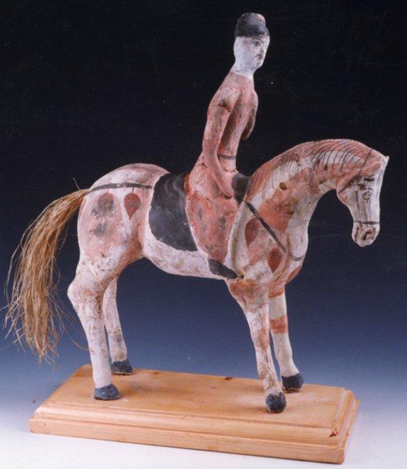 Figura equestre dalla tomba 73TAM214, lunga 29 cm. La coda del cavallo è costituita di fibre di canapa. 665 a.C. (da Chen et al., 2014, fig. 2, p. 60)