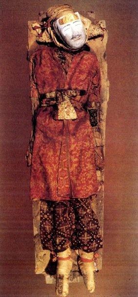 """""""Uomo di Yingpan"""", mummia del III secolo d.C. ritrovata nel bacino di Tarim, Cina occidentale. La maschera è fatta di canapa e gesso (da Knauer, 1999, fig. 27, p. 1179)"""