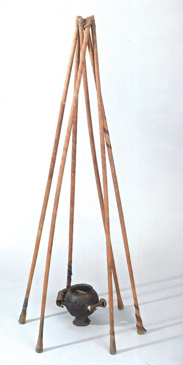 Tripode sopra a un incensiere di rame, uno strumento per l'inalazione dei fumi di canapa. Pazyryk (Altai orientale, 500-300 a.C.) (da Popescu et al., 2001, fig. 134, p. 140)