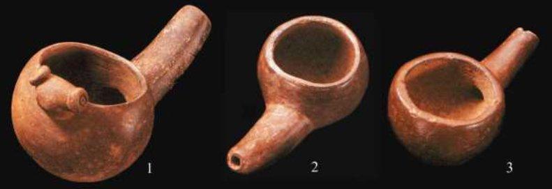 Ceramiche Colima della fase Yocoto (Colombia), interpretati come pipe, ma che in realtà potrebbero essere dei clisteri (da Velandia, 2014, fig. 8, p. 75. Museo del Oro, Bogotá