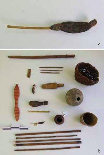 Clistere e oggetti associati al suo uso ritrovati nella tomba 161 del Cimitero Playa Miller-5 ad Arica, Cile (da Berenguer & Acevedo, 2015, fig. 18, p. 68)