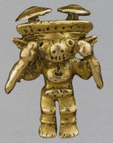 Minuto pendaglio d'oro, alto 2,1 cm, in stile Yotoco, Colombia, rappresentante la forma prototipa dei pettorali di Darien (Tipo 1, da Falchetti, 2008, fig. 5, p. 42)