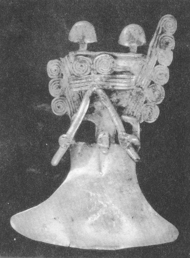 Pettorale in oro tumbaga proveniente dalla Colombia e rirovato nel Cenote Sacro di Chichen Itzá, nello Yucatan messicano (da: Coggins & Shane, 1996, fig. 48, p. 67)