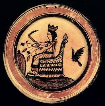 Piatto corinzio (Recente III) con raffigurazione di Demetra seduta sul trono con fiaccola, spighe d'orzo e steli fruttiferi di papavero da oppio. Museo Nazionale di Atene, n. 5825 (da Kallipolithis-Feytmans, 1962, pl. VI)
