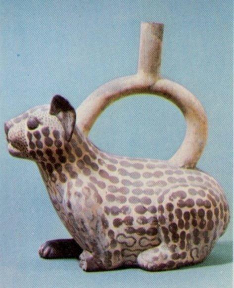 Recipiente moche raffigurante un felino, forse un giaguaro, con le maculazioni della pelle in forma di possibili baccelli di Anadenanthera (da Cuesta Domingo, 1980, oggetto 10237, p. 129)