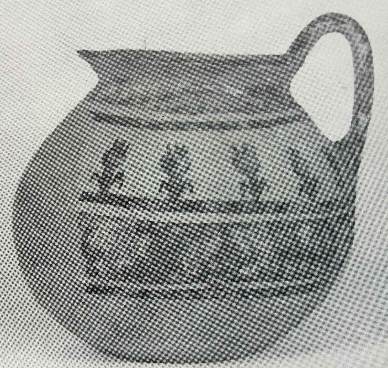Brocchetta subgeometrica daunia della Collezione Ceci Macrini, alt. 14,8 cm (da Rossi, 1979, tav. XXIII, 63)