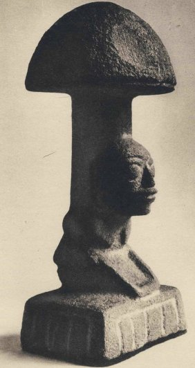 Pietra-fungo con raffigurazione di una donna inginocchiata su una macina. Tardo Pre-Classico Maya, 1000-500 a.C. Altezza 36 cm. Collezione Hans Namuth di New York (da Wasson & Wasson, 1957, II, pl. XLIV)