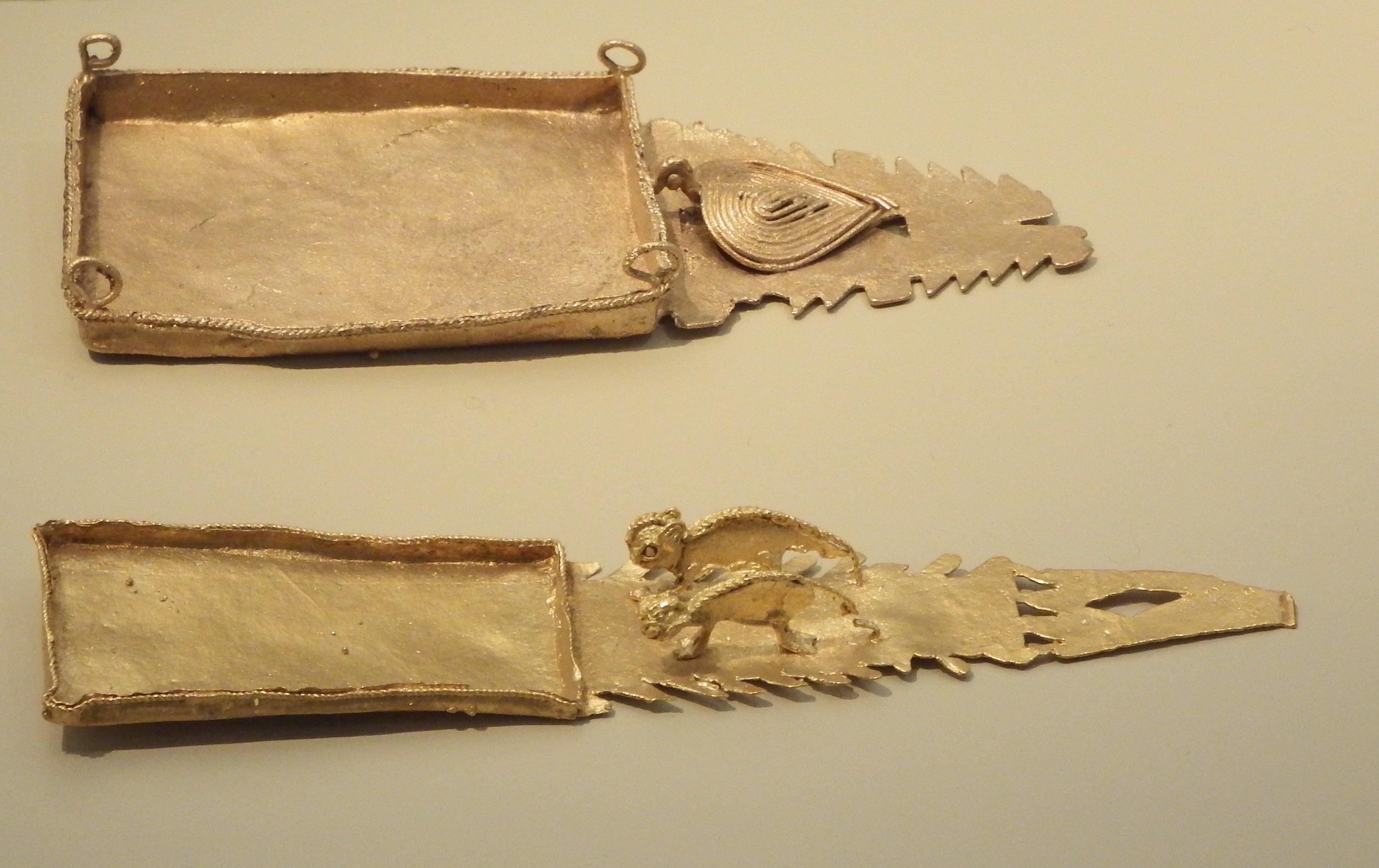 Tavolette da fiuto in oro della cultura Muisca, lunghezza 10 cm. Museo del Oro, Bogotá