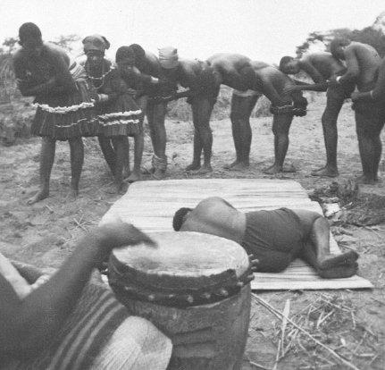 Un momento del rito iniziatico delle ragazze Tsonga (da Johnston, 1972, fig. 1, p. 341)
