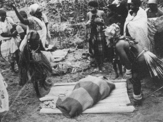 La neofita, dopo aver bevuto la datura, viene avvolta in una coperta, in attesa della sua rinascita (da Johnston, 1974, fig. 6, p. 61)