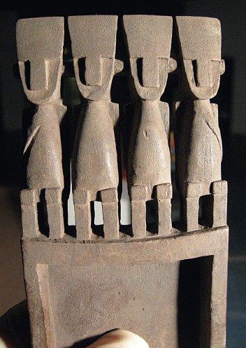 Tavoletta da fiuto in stile San Pedro dalla necropoli di Quitor 6, San Pedro de Atacama (da Horta Tricallotis, 2014, fig. 4c, p. 566).