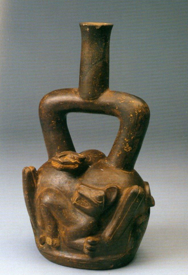 Bottiglia con ansa a staffa della cultura Cupisnique, datato fra il 900 e il 200 a.C. Altezza 26,5 cm. Vi sono raffigurati due San Pedro a 4 coste, un felino e un serpente (da Aimi, 2001, fig. 161, p. 191).