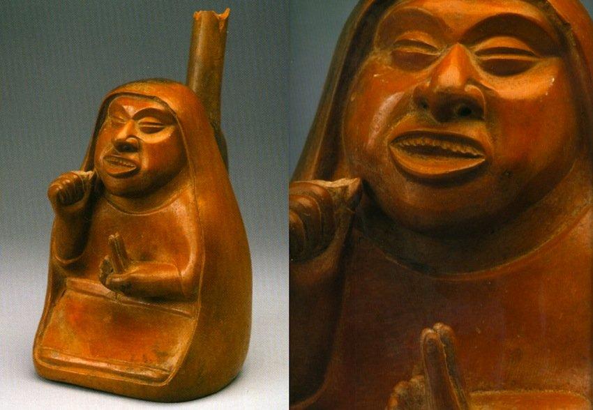 """Curandera (""""achumera"""") che mangia il San Pedro. Terracotta del Museo Archeologico Rafael Larco Herrera, Lima. Cultura Lambayeque, 800-1350 d.C. Altezza 21 cm. (da Aimi, 2003, figg. 160a,b, pp. 190-91)"""