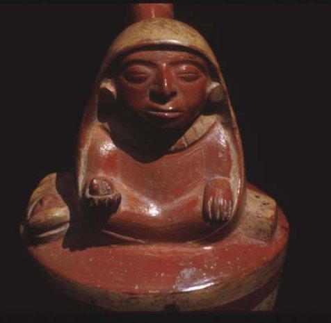 Terracotta moche con raffigurazione di una donna con accanto un bambino e nella mano destra un San Pedro (foto D. Sharon, Museo Larco Herrera, Lima, rip. in Glass-Coffin et al., 2004, fig. 5, p. 85)