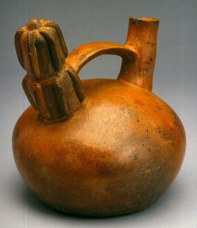 Terracotta della cultura Salinar (400-100 a.C.), altezza 16 cm. Sulla camera della bottiglia è raffigurato un San Pedro (da Aimi, 2003, fig. 13, p. 78)