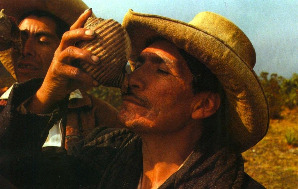 """Curandero peruviano mentre effettua la """"shingada"""", cioè assorbendo un liquido alcolico attraverso la narice (da Polia Meconi, 1991, p. 54)"""