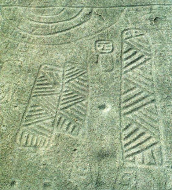 """Particolare delle incisioni rupestri della """"piedra altar"""" del sito megalitico di Sicches Ucollina del Tumo), regione peruviana di Samanga, con probabili raffigurazioni di San Pedro (da Polia Meconi, 1989, p. 104)"""