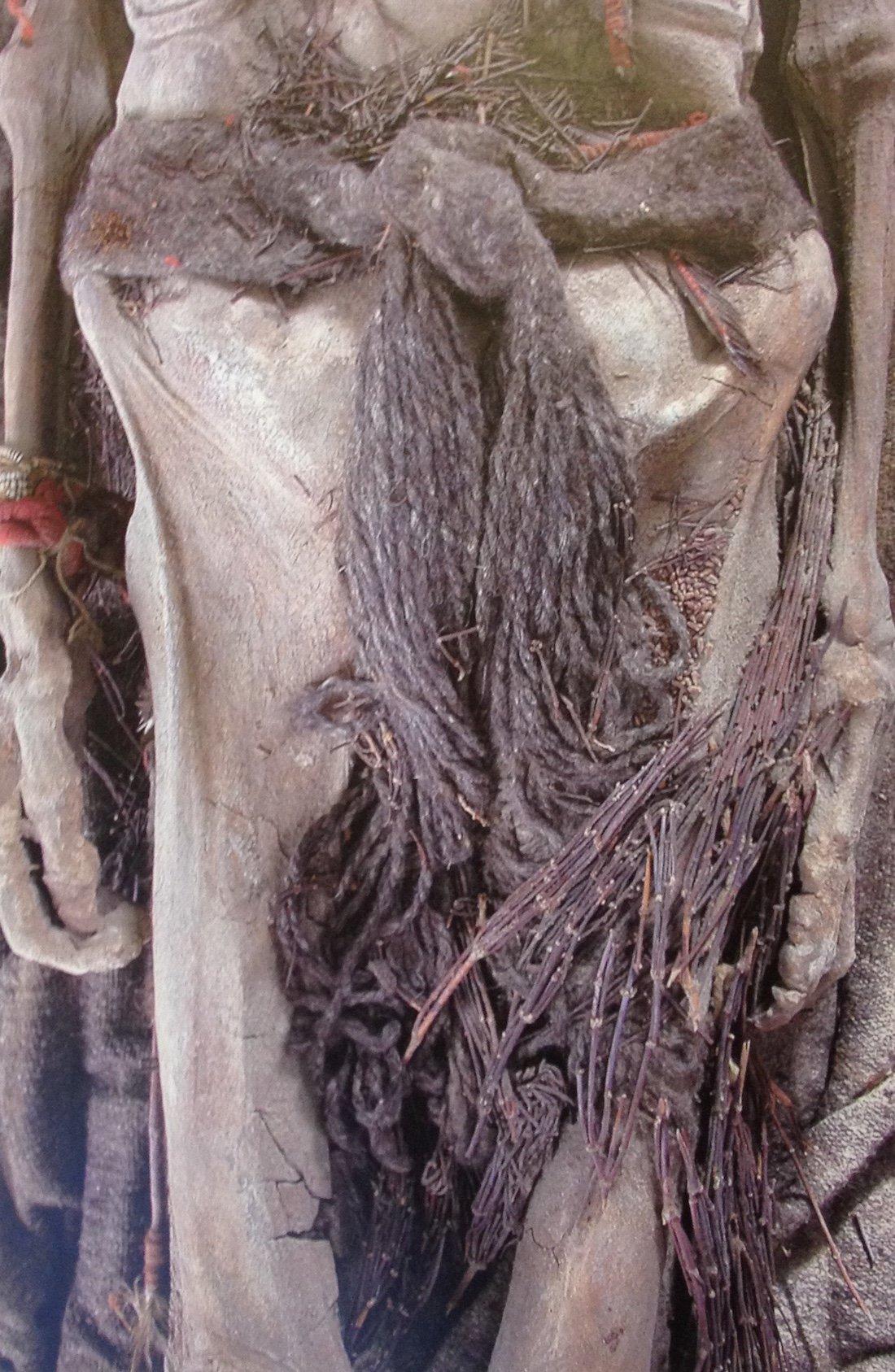 Mummia della tomba 25 del sito di Xiaohe, Tarim. 2200-1100 a.C. (da Wieczorek & Lind, 2007, fig. 34, p. 132)
