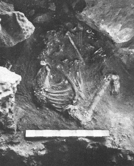 L'inumazione IV della grotta di Shanidar, dove era stato sepolto un uomo di Neanderthal prima dei 50000 a.C. (das Leroi-Gourhan, 1975, fig. 1, p. 562)