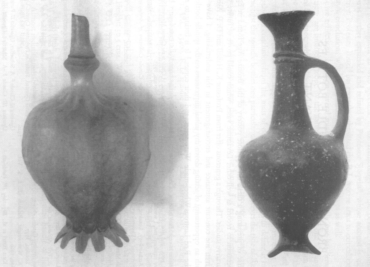 """Raffronto fra la capsula del papavero da oppio (sx) con un vaso """"Base-ring I"""" cipriota (da Merrilles, 1962, tav. XLII)"""