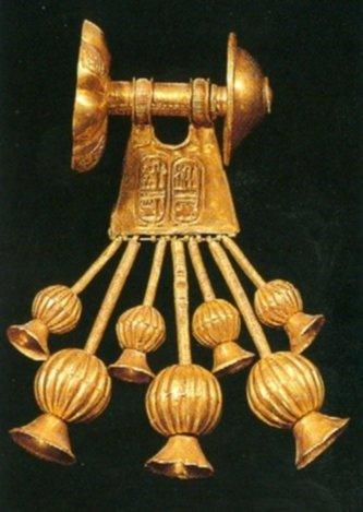 Uno dei due orecchini d'oro appartenenti alla regina Tausert. Da Ziegler, 2002, p. 472