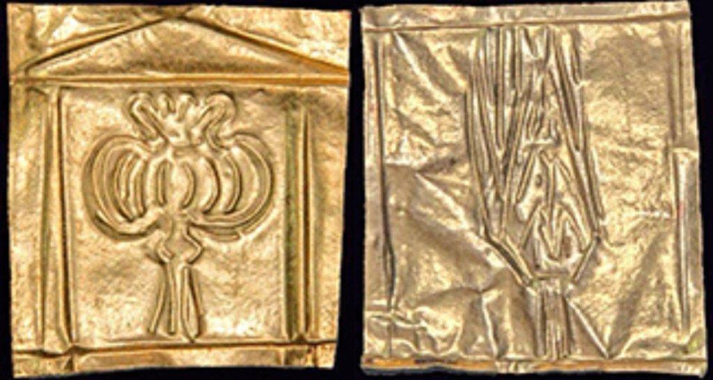 Placche d'oro ritrovate ad Alessandria d'Egitto in un sarcofago del periodo greco-romano. Nella placca di sinistra è raffigurata una capsula di papavero da oppio, in quella di destra una probabile pianta di lattuga (dal sito del National Geographic, 20 agosto 2018)