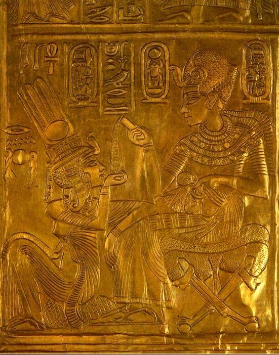 """Una scena intima della coppia reale raffigurata sulla """"Stanza della Rinascita"""", un'edicola in miniatura ritrovato nella tomba di Tutankhamen (Da Edward, 1976)"""