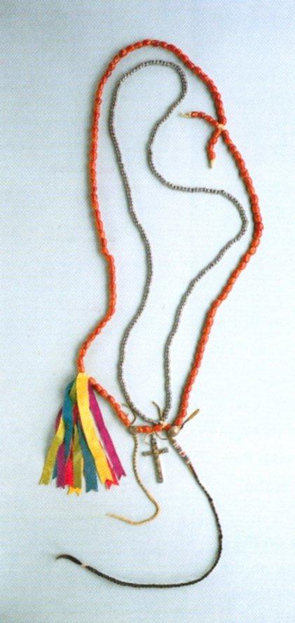 Collana di semi di Sophora secundiflora indossata dai Kiowa nel corso dei riti della Chiesa Nativa Americana, dove viene usato come sacramento il peyote (da Swan, 1999, fig. 3.5, p. 52)