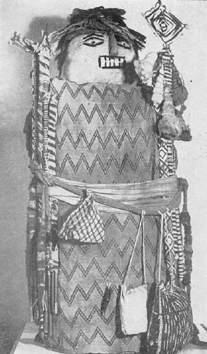 Involto funebre antropomorfo che contiene lo scheletro di un bambino. Le borse appese alla cintura sono ricolme di foglie di coca. Santa Rosa, Lima, cultura Ancón Recente I (da Reichlen, 1972, pl. IV)