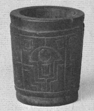 Piccolo mortaio di legno ritrovato fra il corredo funebre del curandero di Niño Korin. Altezza 5,5 cm. (da Wassén, 1972, fig. 29, p. 83)