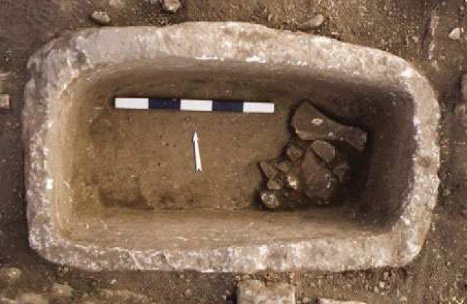 Grosso contenitore in pietra del sito di Göbekli Tepe. Sono noti sei di questi contenitori, della capacità di 160 litri, e potrebbero essere stati impiegati per la preparazione di una birra (da Dietrich et al., 2012, fig. 11, p. 688)