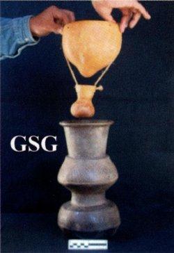 Tecnica di distillazione praticata con successo con vasellame moderno che riproduce quello del vasellame della cultura Capacha (1500-1000 a.C.) del Messico occidentale (da Zizumbo-Villareal et al., 2009, fig. 2, p. 417).
