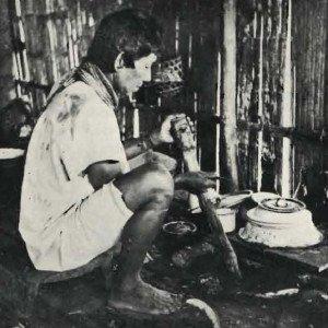 Nativo Kofán mentre raschia la liana dello yopo per preparare la bevanda stimolante (da Schultes, 1942, tav. 29)
