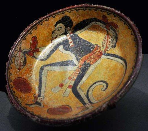 Piatto d'argilla maya con scimmia che tiene nelle mani dei frutti di cacao. 600-900 d.C. (da Najera Coronado, 2012, fig. 18, p. 158)
