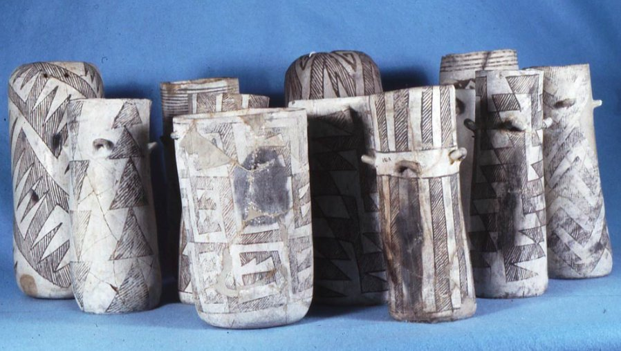 Vasi cilindrici di ceramica policroma ritrovati nel sito di Pueblo Bonito, cultura Chaco, New Mexico (da Crown & Hurst, 2009, fig. 1, p. 2110)