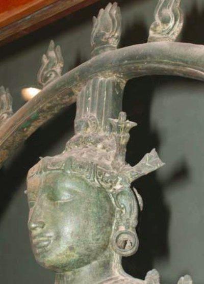 Statua del dio Shiva con rappresentazione di un probabile fiore di datura, singolo, allungato, con evidenziate le venature sul calice e la corolla, sul lato sinistro della statua; XII secolo d.C., Kunniyur, Thiruvarur District, India (da Geeta & Gharaibeh, 2007, fig. 2b, p. 1236)
