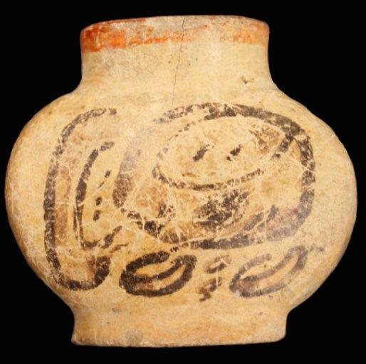 Il piccolo contenitore con la dicitura may (tabacco) che ha evidenziato la presenza di nicotina. Periodo Classico Maya, 710 d.C. (da Loughmiller-Cardial & Zagorevski, 2016, fig. 9, p. 8).
