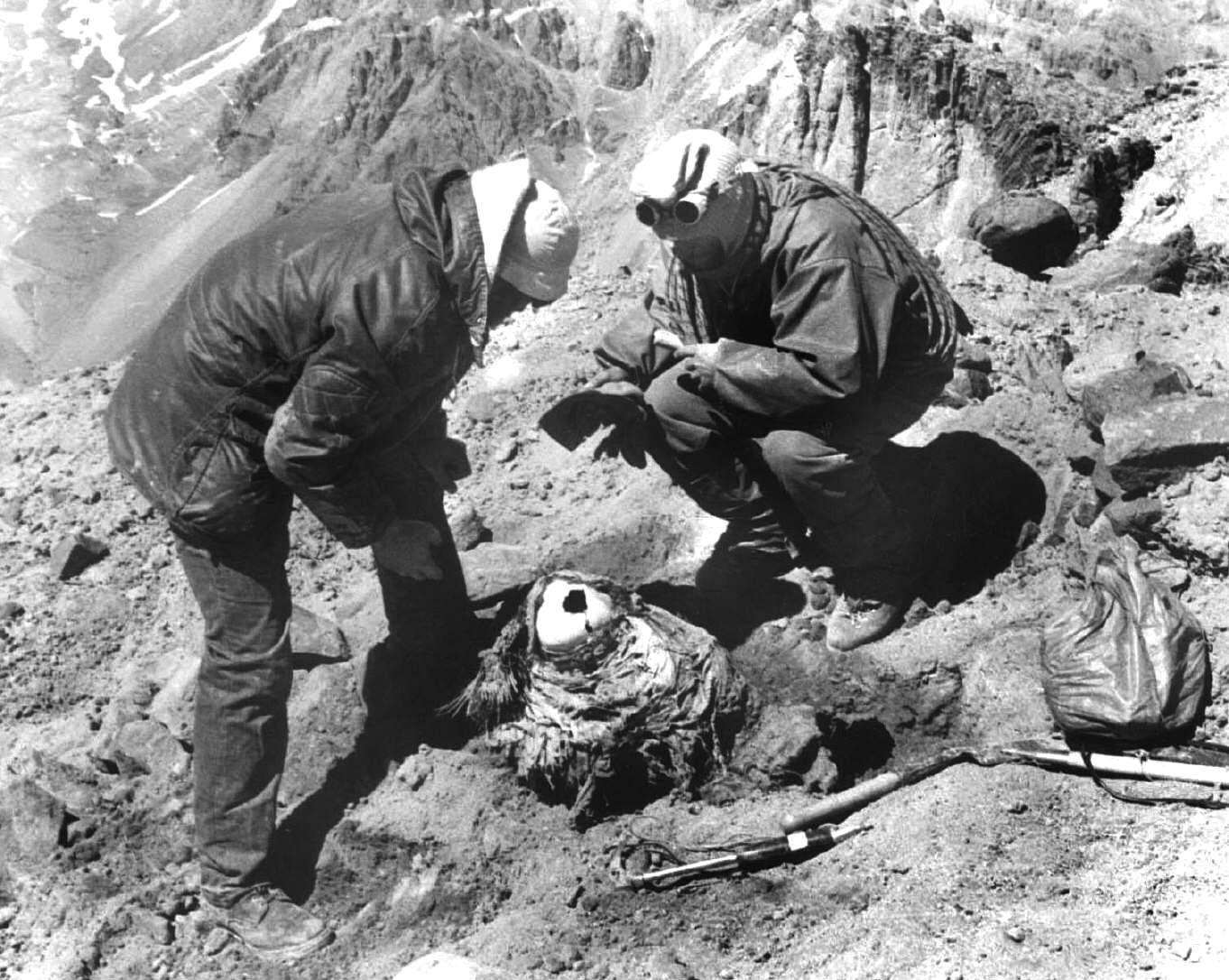 Il momento del ritrovamento del corpo mummificato del bimbo di 8 anni sul Cerro de Aconcagua, avvenuto l'8 gennaio del 1985 (da Schobinger, 1998, fig. 12, p. 376)
