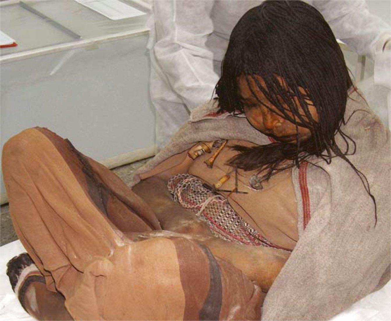 """La """"chica de Llulliaillaco"""", mummia andina peruviana di una bambina di 13-15 anni, 1500 d.C. In bocca tiene ancora un bolo di foglie di coca"""