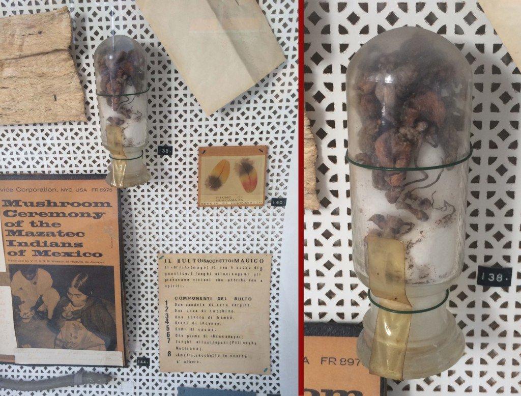 """Il bulto mágico presente in una vetrinetta del Museo di Etnomedicina """"Antonio Scarpa"""" dell'Università degli Studi di Genova. Nel flacone di vetro sono conservati funghi della specie Psilocybe mexicana"""